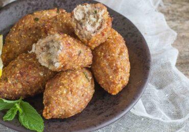 Kibbeh, crocchette di grano ripiene di carne d'agnello